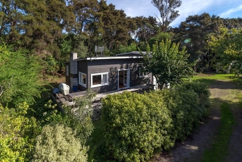 Sunny, Sheltered, Spacious, 50 Metres to the Beach