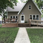 Three Blocks To The Lake! 4 Bedroom House With Two Stall Garage Sleeps 8
