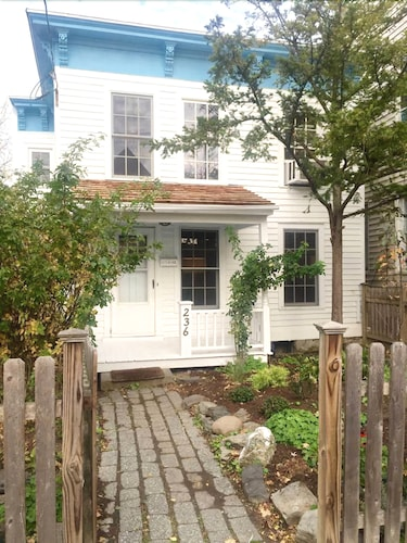 Adorable House Steps From Warren Street - Sleeps 4