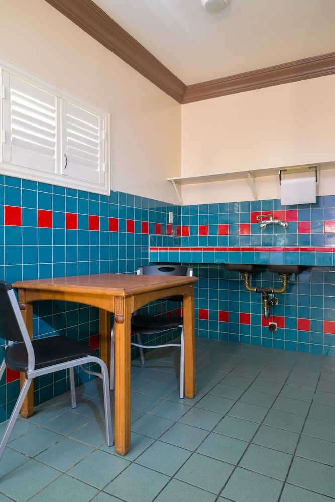 Private Kitchenette, Merle Motel