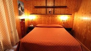 1 camera, una scrivania, tende oscuranti, lenzuola
