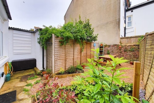 Bright and Spacious 1 Bed Flat With Garden