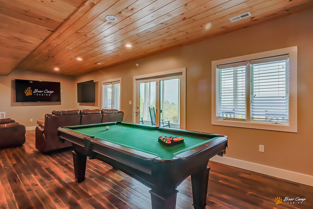 Game Room, Awesome Mountain Views,4900+ SQ. FT. Hot Tub, Free Attraction Tickets!!!