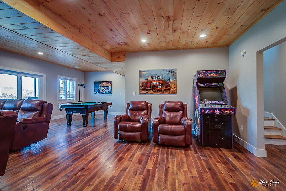 Living Room, Awesome Mountain Views,4900+ SQ. FT. Hot Tub, Free Attraction Tickets!!!
