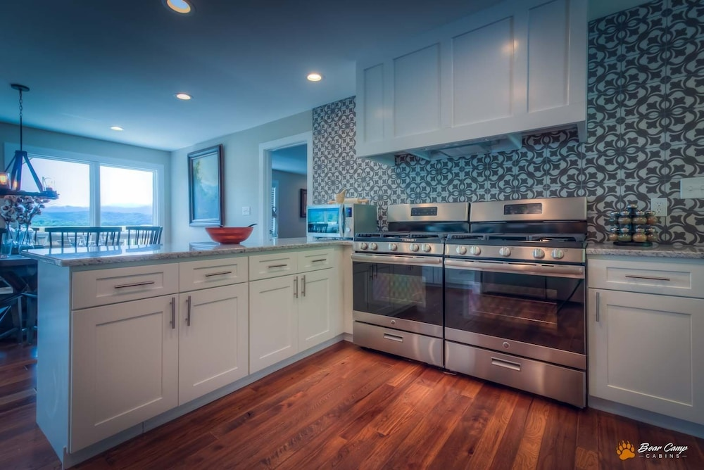 Private Kitchen, Awesome Mountain Views,4900+ SQ. FT. Hot Tub, Free Attraction Tickets!!!