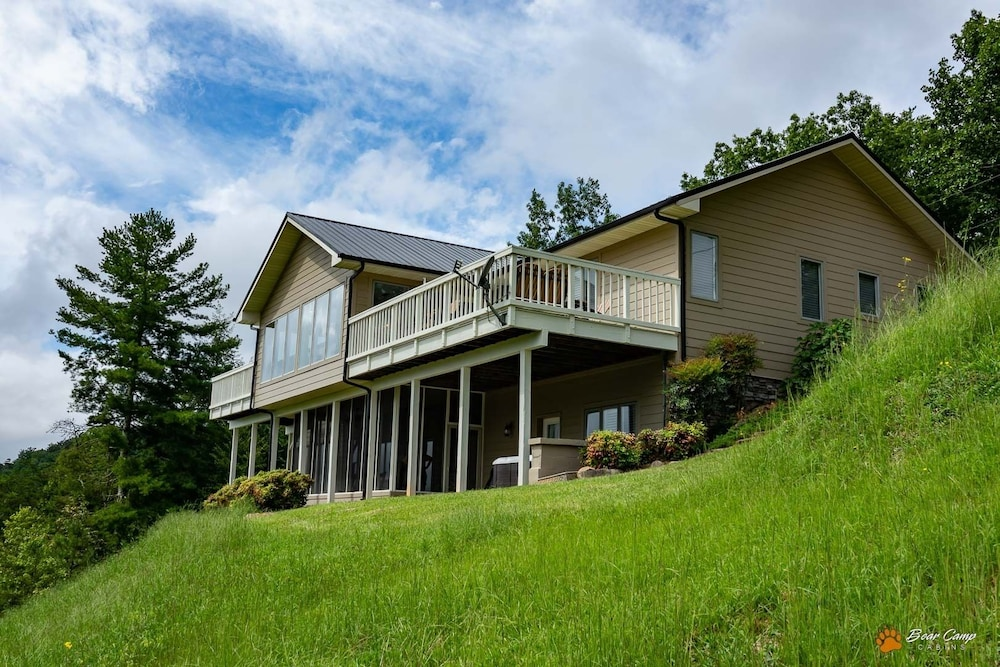 Exterior, Awesome Mountain Views,4900+ SQ. FT. Hot Tub, Free Attraction Tickets!!!