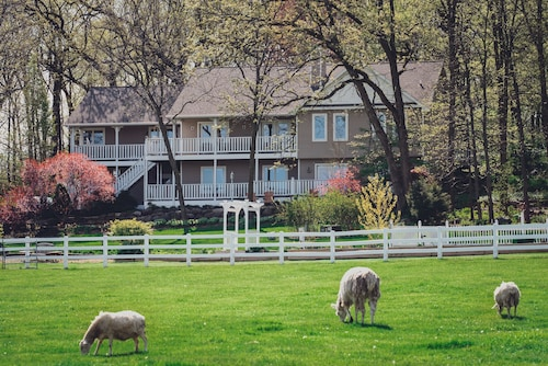 Great Place to stay The Speckled Hen Inn Bed and Breakfast near Madison