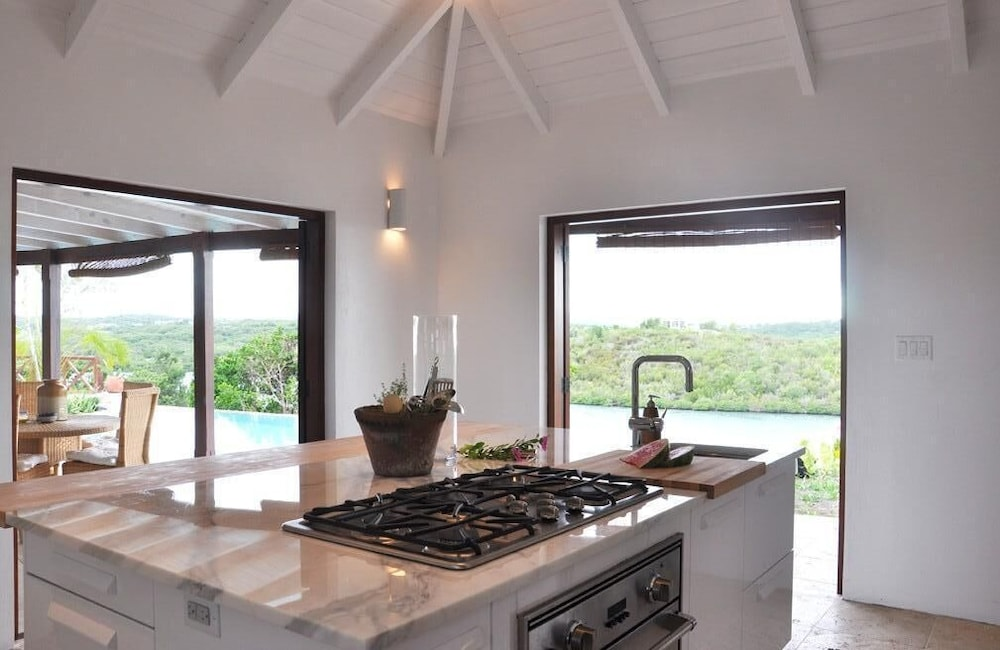 Private Kitchen, The Long House - Luxurious Ocean Front Villa With Stunning Views