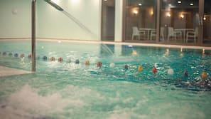 室內泳池、季節性室外泳池;15:00 至 21:00 開放;泳池傘、躺椅