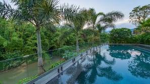 室外泳池;08:00 至 21:30 開放;泳池傘