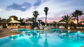 Una piscina al aire libre de temporada (de 10:30 a 18:30), tumbonas