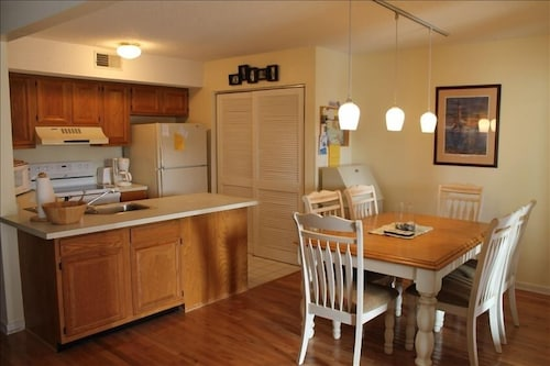 Private Kitchen, A+ Coastal Escape: Beach, Golf & Tennis. Book Early for Best Rates and Dates!