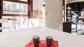 1 chambre, ameublement personnalisé, fer et planche à repasser