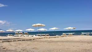 Ligstoelen aan het strand, strandlakens