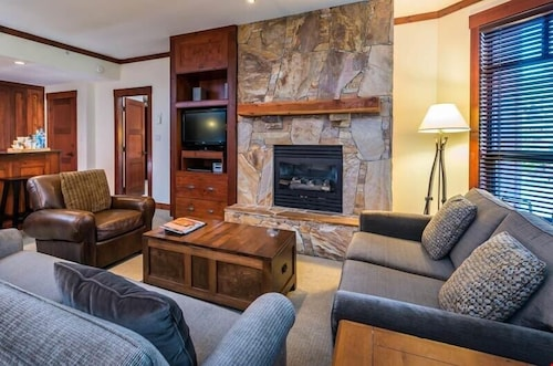 Hike + Ski Elegant Suite + Cozy Fireplace