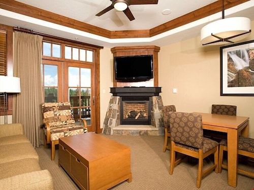 Alpine Condo + Fireplace, Balcony Access Spa/hot Tubs/pools/shuttle!