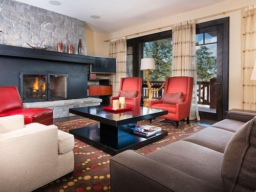 Fantastic Luxury Condo With Gas Fireplace and Spacious Rooms