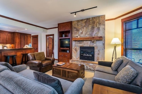 Slopeside Access in Creekside Spacious Suite + Gas Fireplace