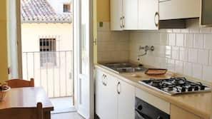 Frigorifero, forno, piano cottura, pentole/stoviglie/utensili