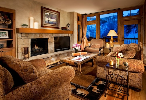 Mountain Retreat +gourmet Kitchen, Fireplace, Balcony Pool & Hot Tub