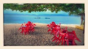 Plage, chaises longues, parasols, kayak