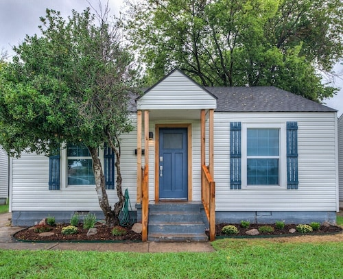 Great Place to stay Modern Rustic Alden House Walk to OU Campus near Norman