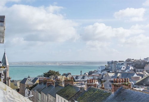 Seren House in the Centre of Beautiful St Ives With Parking - June Discounts!