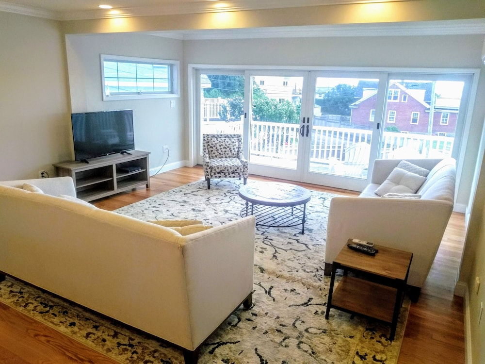 Swell Tides Newport New Large Beach Rental W Yard Expansive Interior Design Ideas Gentotryabchikinfo