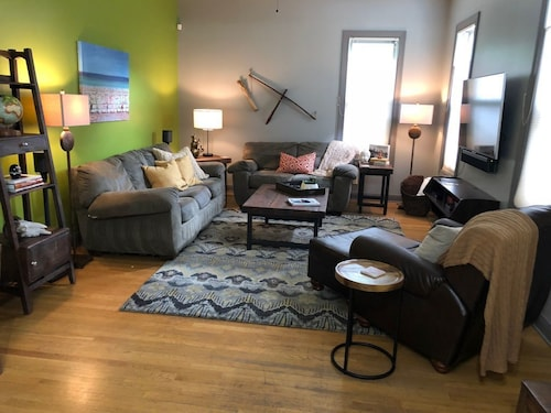 Great Place to stay Family & Business Friendly, Sleeps 12, Pets Welcome near Milwaukee