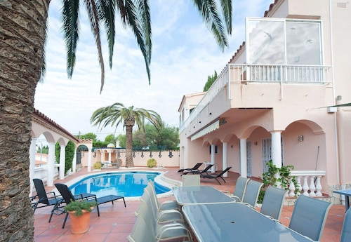 Villa With 5 Bedrooms in El Mas Fumats, With Private Pool, Enclosed Garden and Wifi - 4 km From the Beach