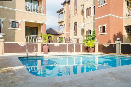 Cozy, Private & Elegant Apartment in Kingston's Best Urban Center - Liguanea!