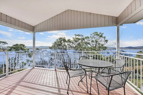 Waterfront Spectacular With Stunning Views 5 Minutes From Hobart Airport