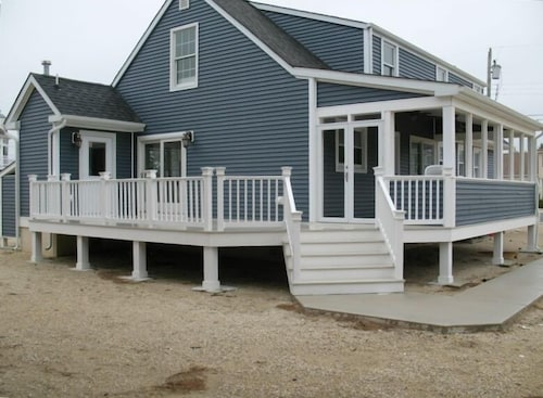 Great Place to stay Spacious 7TH From Beach BY Owner ,sleeps 10 Great Decks Ocean Views -ON 109st near STONE HARBOR