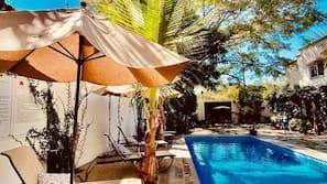 Una piscina al aire libre (de 8:00 a 21:00), sombrillas