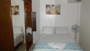 1 dormitorio, mobiliario individual, tabla de planchar con plancha