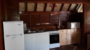 Grand réfrigérateur, micro-ondes, four, fourneau de cuisine