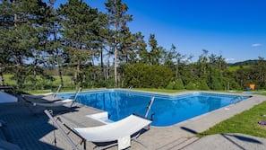 Sæsonbestemt udendørs pool, åben fra kl. 08.00 til kl. 22.00, parasoller