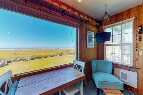 Dog-friendly, Waterfront Studio Cottage W/private Beach Access