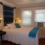 Charming Plantation House, 2br/2ba House, 1 Block to Ocean