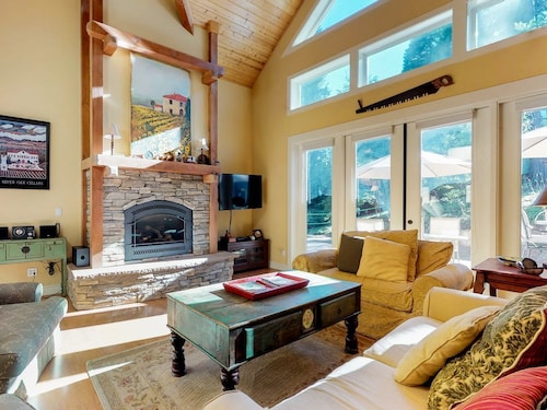 NEW Listing! Mountain Cabin W/gas Fireplace, Shared Pool, Access to rec Center