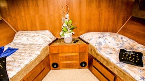 Duntäcken, strykjärn/strykbräda och sängkläder