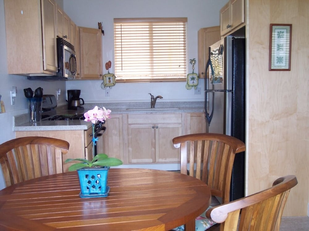 Private Kitchen, Kihei - Tropical Cottage Across From the Beach - Permit # Stkm 2015/0003