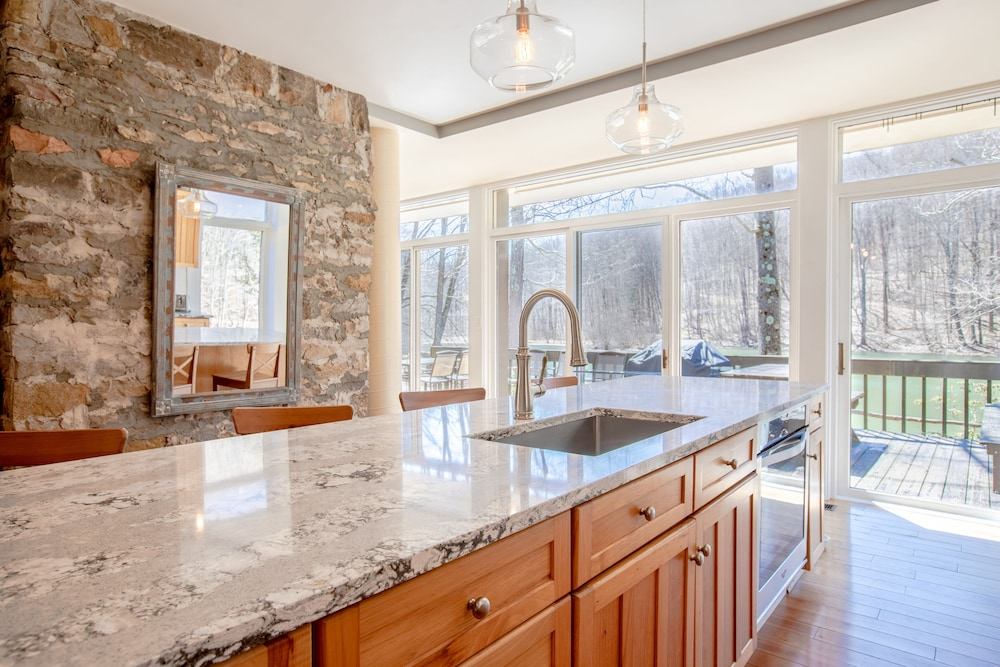 Private Kitchen, A Modern House in a Large Nature Reserve in Ligonier Valley!