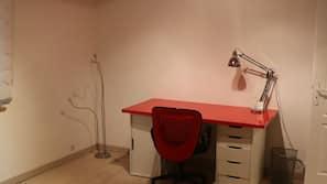 Bureau, espace de travail pour ordinateur portable, rideaux occultants