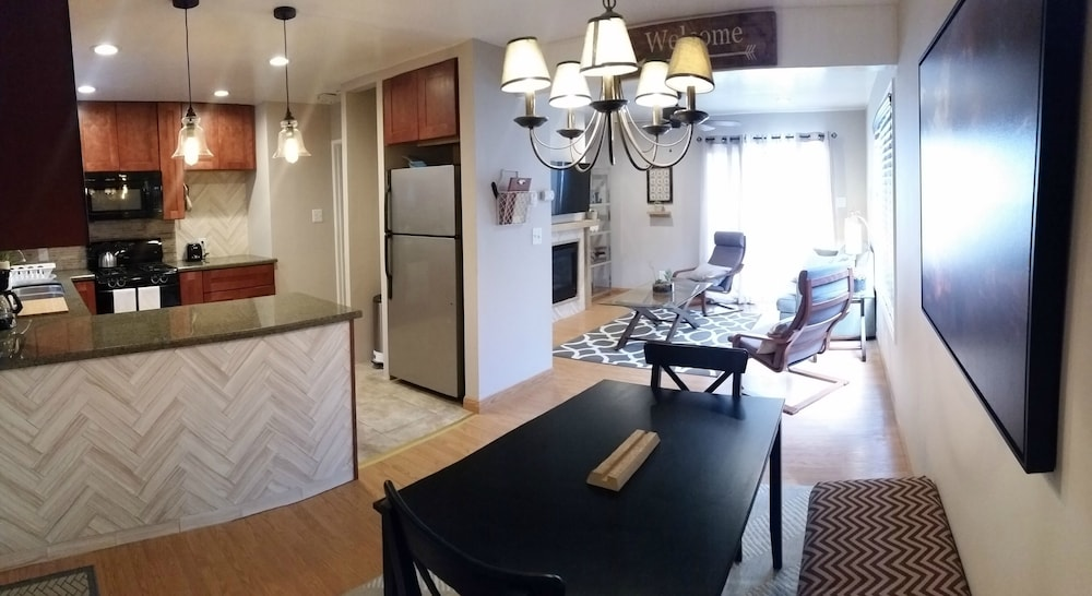 In-Room Dining, Newly Remodeled Pacific Beach Cottage 2 Blocks From Beaches and La Jolla