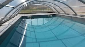 季節性室外泳池;16:30 至 20:00 開放;泳池傘、躺椅