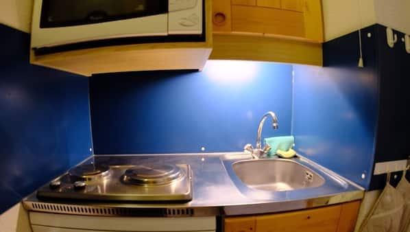Micro-ondes, lave-vaisselle, cafetière/bouilloire