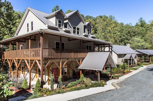 Great Mountain Getaway Overlooking The Roaring River on Vineyard Property