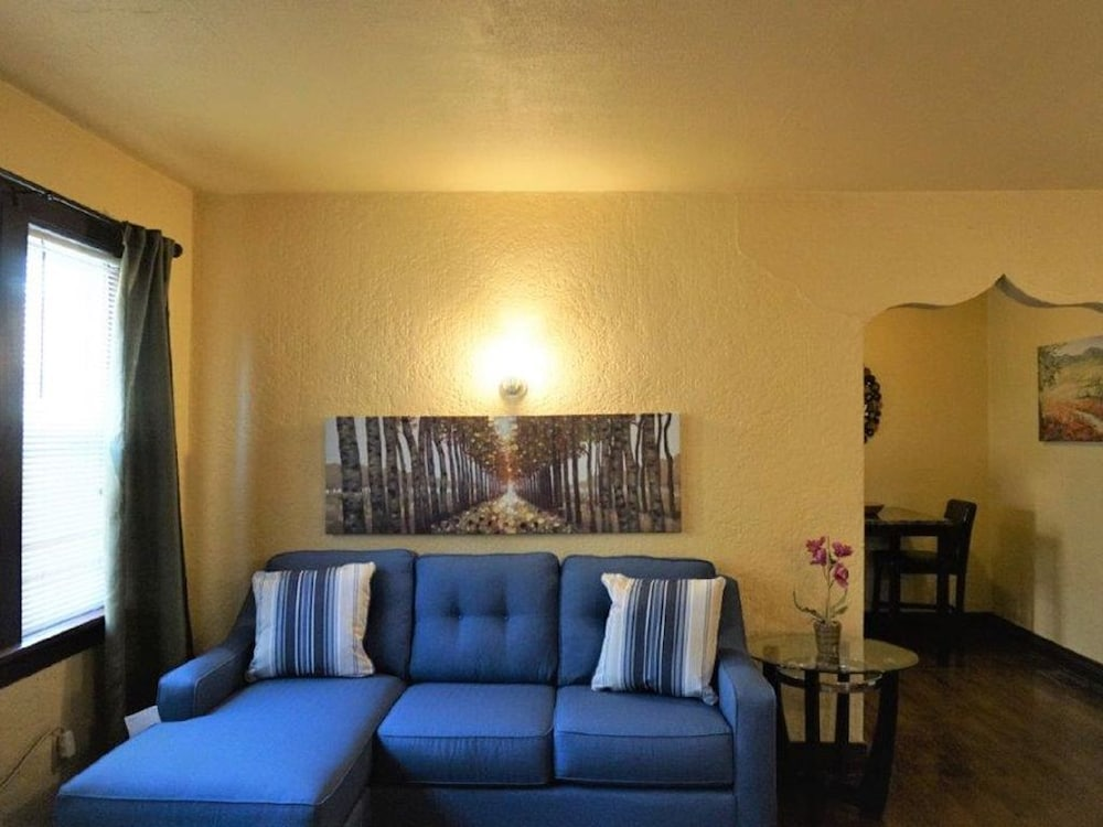 Economy One Bedroom Apartment In The Plaza District - has