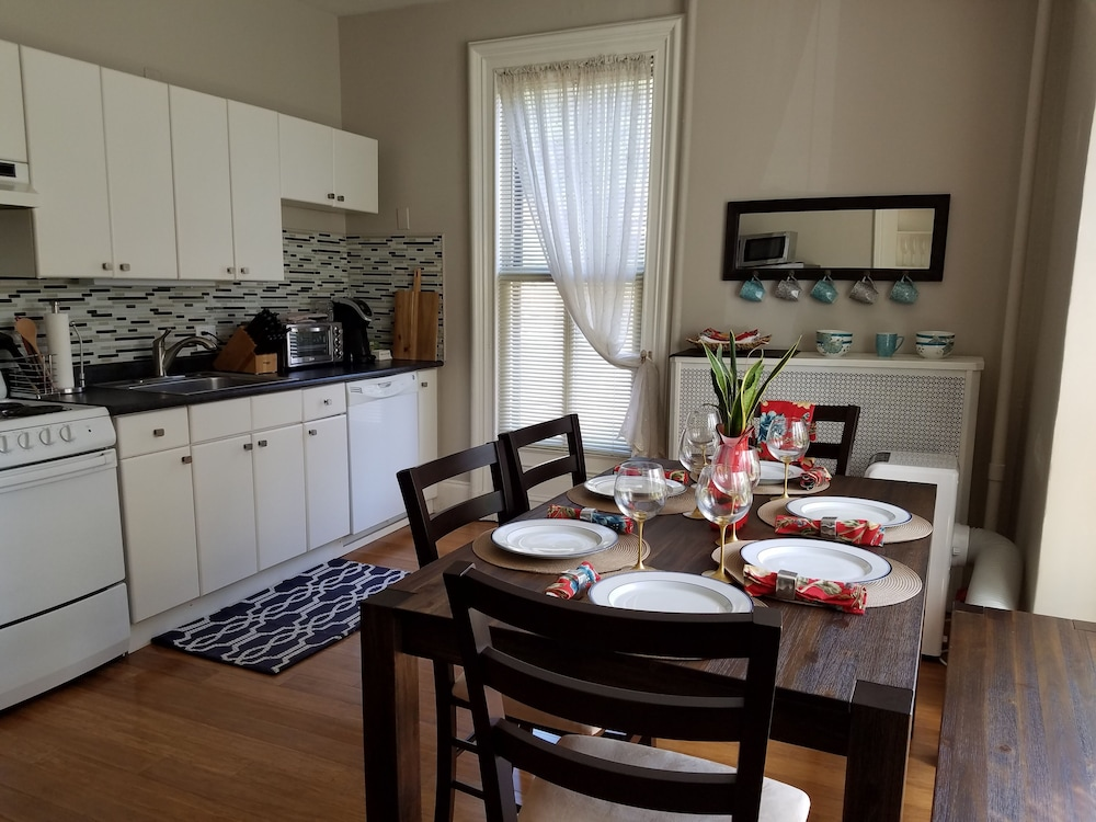 Private Kitchen, Elegant, Sunny, 2 Bedroom Townhouse Apartment, in the Heart of Downtown Portland